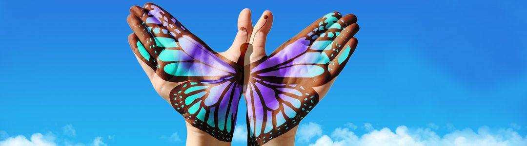 deux mains peintes dans le ciel forment un papillon