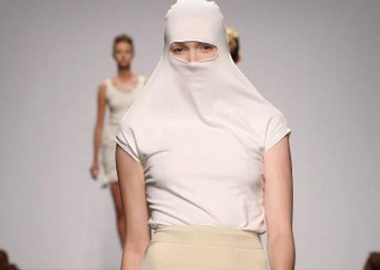 Mannequin défilant avec une burqa