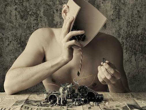 humanoïde qui inspecte les pièces détachées de son cerveau