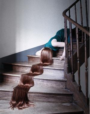 Femme étendue tête en bas dans les escaliers