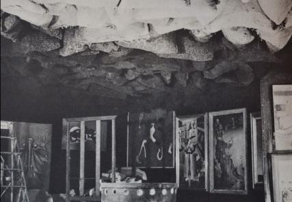 sacs de charbon suspendus au plafond au-dessus d'un poêle