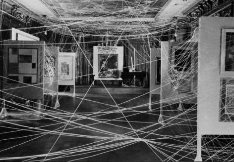 exposition surréaliste tendue de cordes